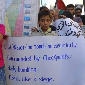 Yarmouk, agosto 2015, manifestazioni contro il perdurante assedio del campo profughi palestinese vicino a Damasco.
