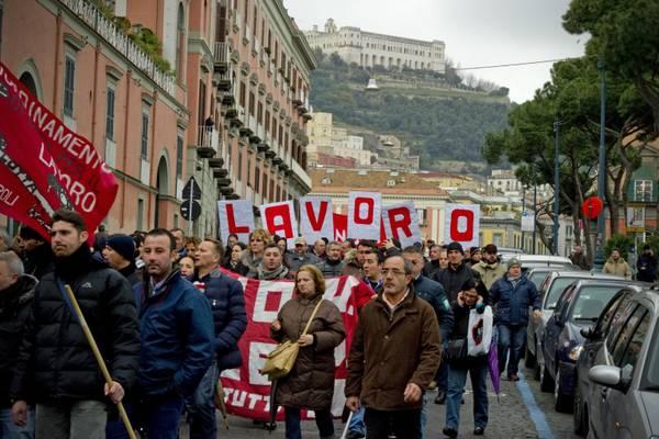 LAVORO: NAPOLI; LANCIO UOVA CONTRO SEDE REGIONE CAMPANIA